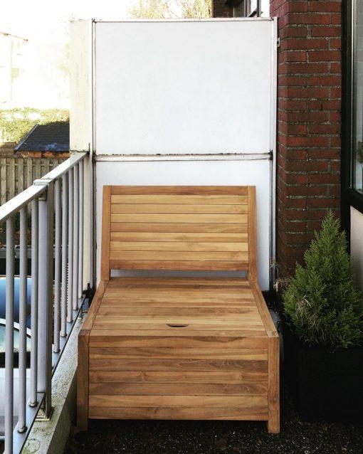 Dit kleine houten balkonbankje past precies op een klein en smal balkon. Ideale maat, opbergruimte en vergt geen onderhoud.