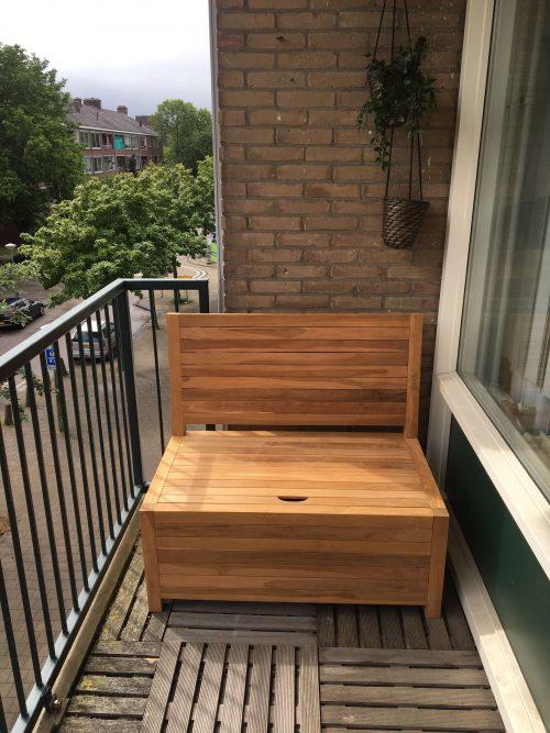 Kleine loungebank van 100 cm breed op een balkon in Amsterdam. Het balkonbankje zit heerlijk en heeft een relaxt opbergruimte onder de zitting.
