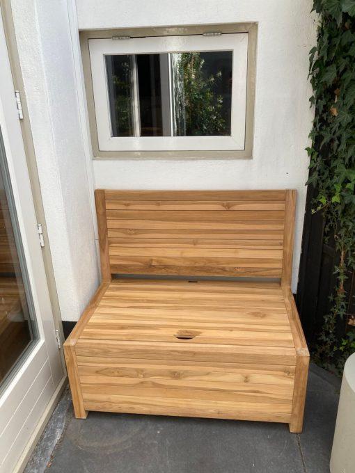 Kleine houten bank voor buiten. Dit kleine houten bankje voor buiten is gemaakt van teak en heeft opbergruimte.