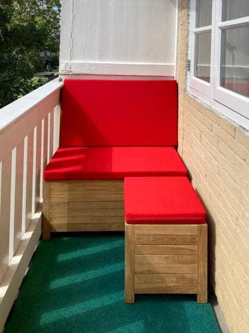 Balcony lounge set; balcony bench with hocker of 42.5 x 42.5 cm. The cushions are in Ferrari red.
