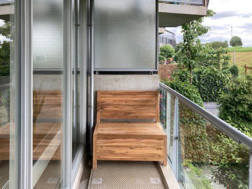Kleine houten bank op een smal balkon in Capelle aan den IJssel