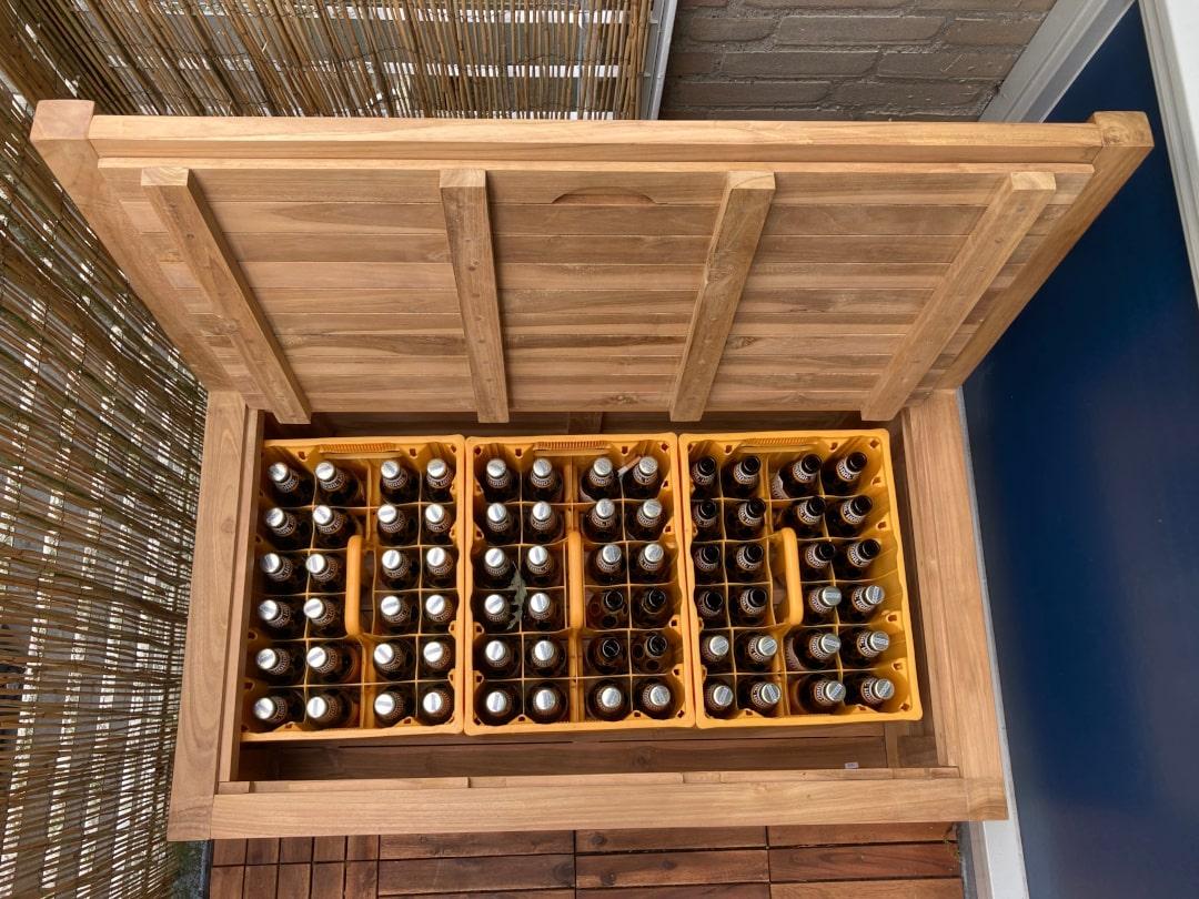 In de balkon bank van 100 cm passen precies drie kratten bier in de opbergruimte