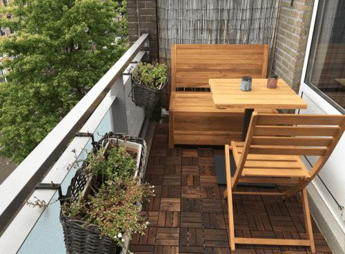 Klein balkon inspiratie nodig? Dit kleine balkonbankje met opbergruimte kan dan wel eens de inspiratie zijn waar je op zoek naar bent. Prachtig teakhout, slimme opbergruimte en makkelijk in elkaar te zetten.