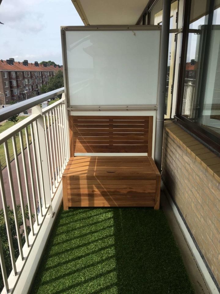 Balkon bankje 1 meter nodig? We hebben hem! Het balkonbankje is gemaakt van mooi teakhout en kan het hele jaar buiten staan. De zithoogte van 40 cm en de zitdiepte van 55 cm is zeer comfortabel in combinatie met de schuine rugleuning.