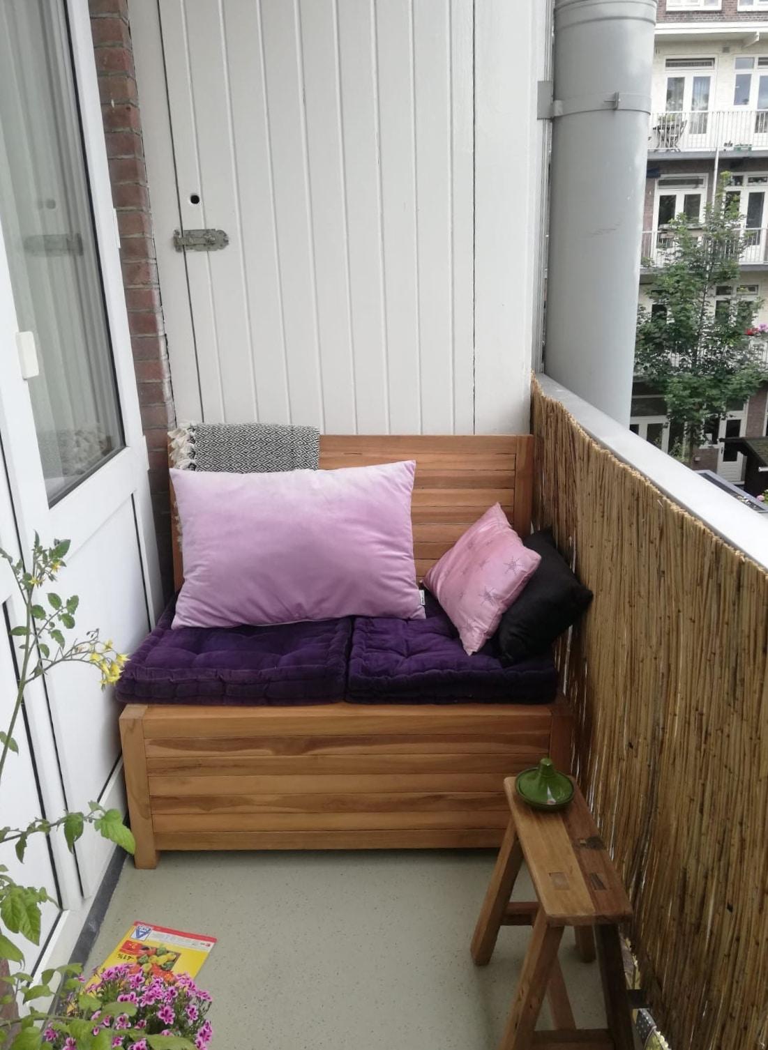 Balkon bankje zonder leuning met opbergruimte. Doe hier je balkon bank kussens in en bespaar jezelf veel kostbare ruimte op je smalle balkon.