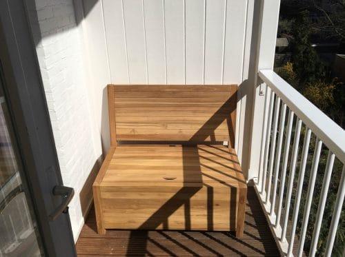 Het balkonbankje is de ideale opbergbank met een ruimte opbergruimte onder de afneembare zitting