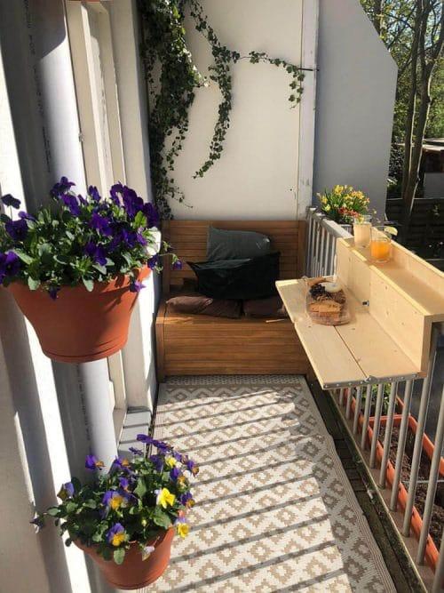 Het Balkonbankje van 100 cm op een superleuk ingericht balkon