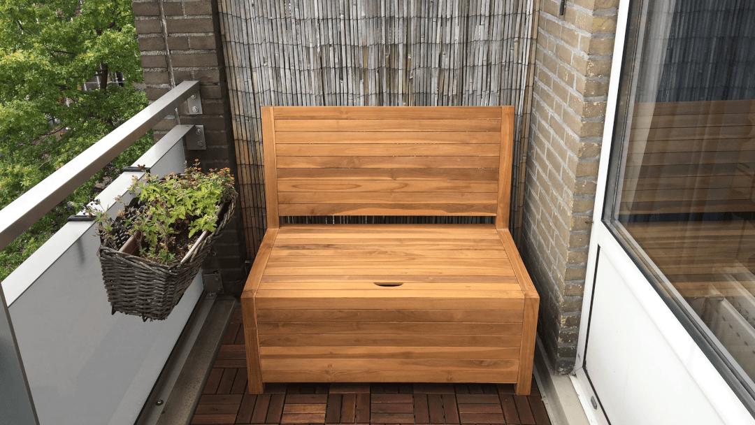 Balkon bank met opbergruimte. Een ideale maat voor kleine en smalle balkons. Een balkon meubel op maat laten maken kan ook bij Het Balkonbankje.