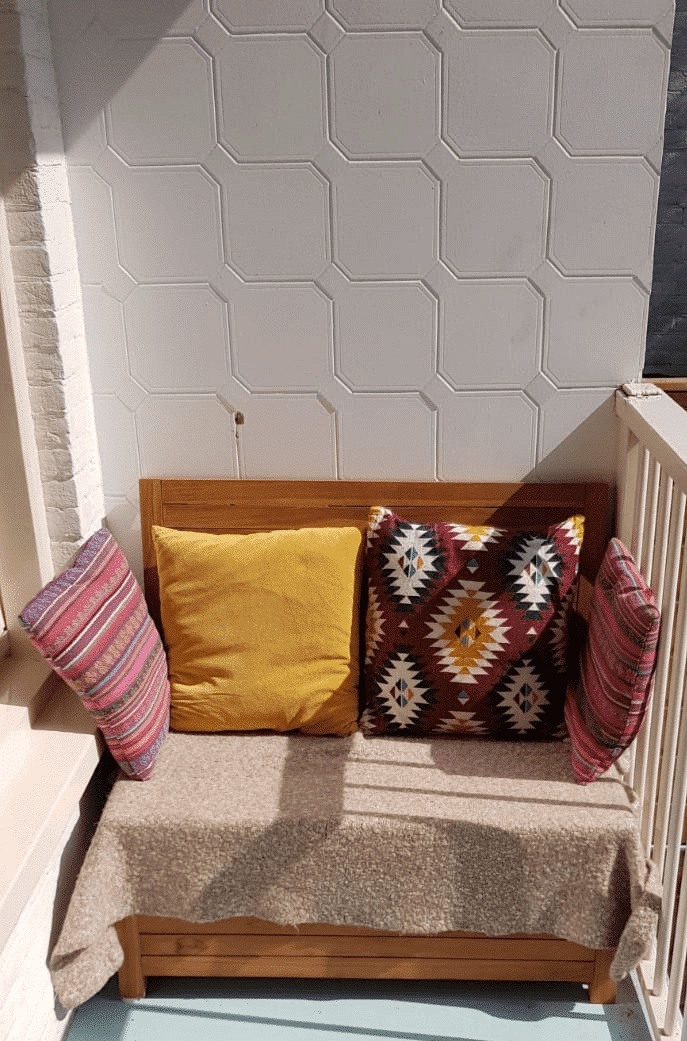 Loungebank voor balkon nodig? Kijk dit plaatje dan eens. Het mooie is dat alle kussens en het warme kleedje in de ruimte opbergruimte passen.