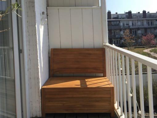 Die Balkonbank passt genau in diese Ecke auf einem schmalen Balkon