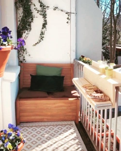 This lounge balcony bench is the eye-catcher on the balcony