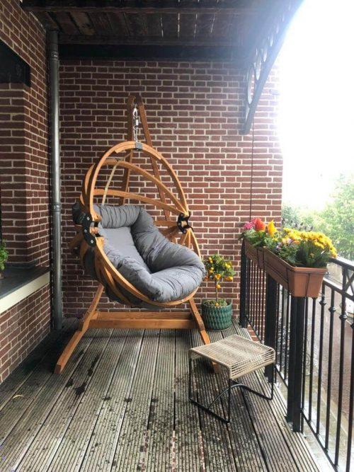 Houten hangei met houten standaard voor een hangstoel