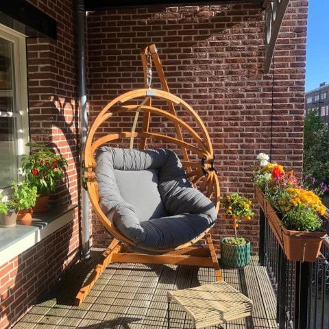 Balkon hangstoel. Hangei in combinatie met een hangstoel houder