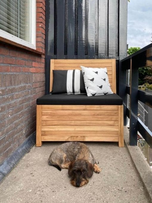 The balcony bench is 85 cm wide on a balcony 90 cm wide.