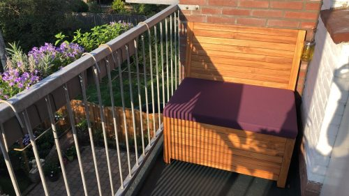 The 85 cm balcony bench with a purple cushion