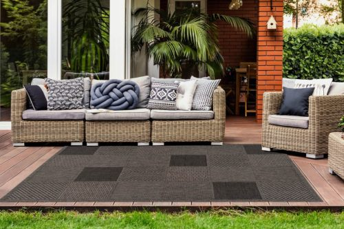 Balcony rug with a taupe block pattern. Very suitable for outdoor use.