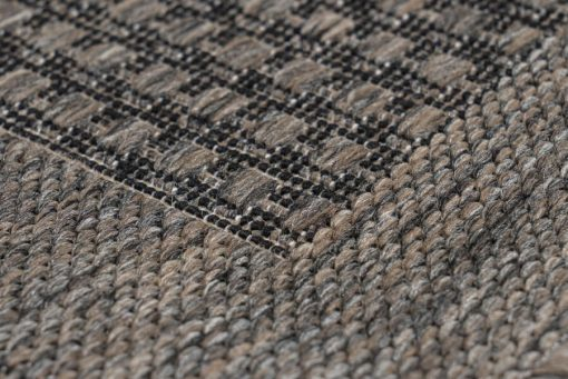 Balcony rug with a taupe mesh pattern Very suitable for outdoor use.